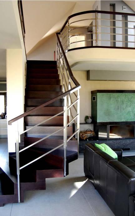schody dywanowe z drewna