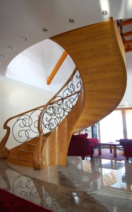 Ekskluzywne schody gięte z drewna