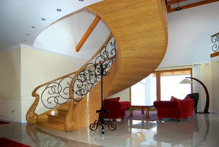 Ekskluzywne schody gięte z drewna w salonie